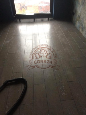 Укладка клеевой пробки Corkart Narrow Plank в жилом помещении - фото 1