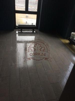Укладка клеевой пробки Corkart Narrow Plank в жилом помещении - фото 2