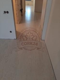 Укладка клеевой пробки Corkstyle Comprido Milk в квартире - фото 1