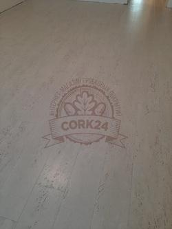 Укладка клеевой пробки Corkstyle Comprido Milk в квартире - фото 2